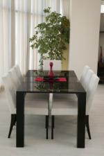 Трапезна маса със стъклен плот